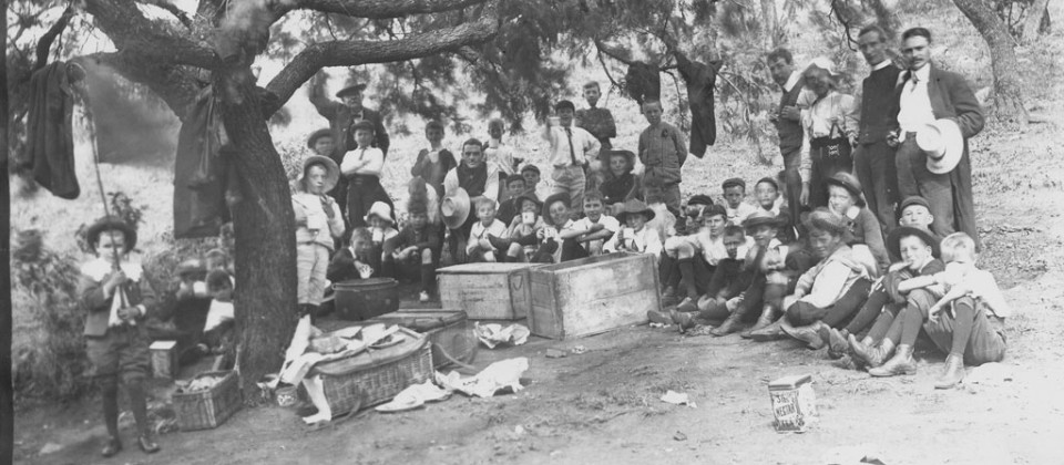 1895-pupils-picnic-under-tree