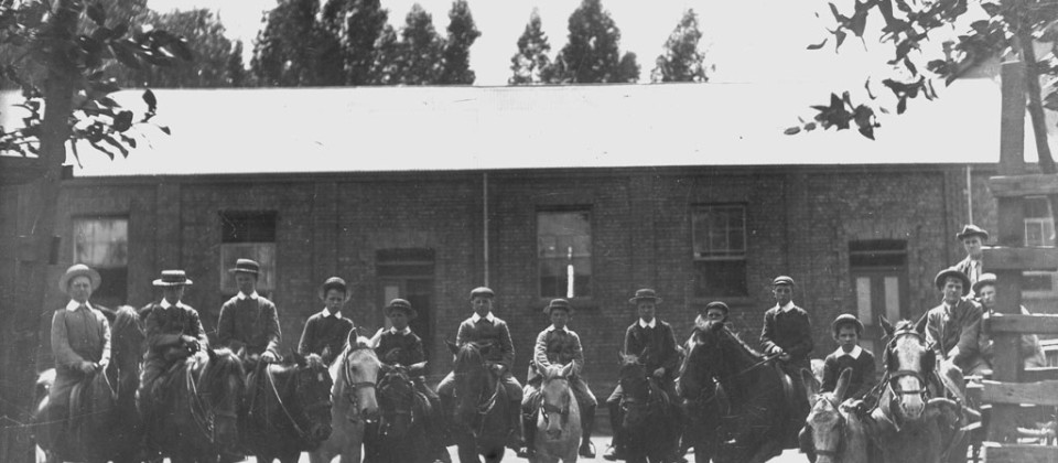 1904-pupils-on-horses-stables-provided